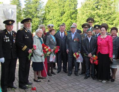 В. П. Куренной с ветеранами войны и гостями торжеств