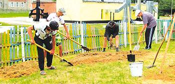 В Слободской школе дети летом и отдыхают, и работают