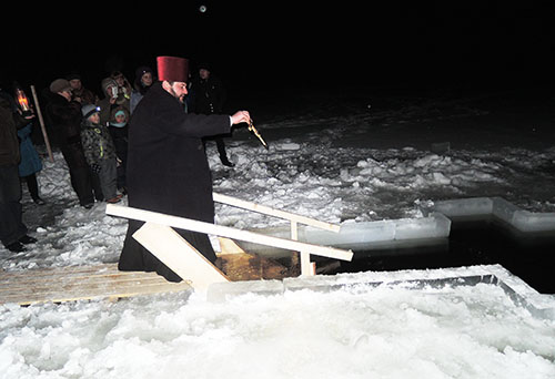 На Лескавіцкае возера завітаў благачынны Шумілінскай акругі протаіерэй Фёдар Пучынскі, каб асвяціць вадохрышчанскую іардань