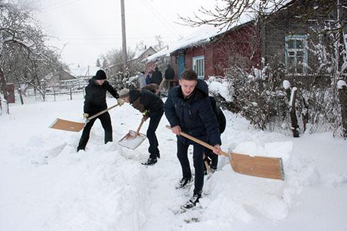 В Шумилинском районе волонтёрские отряды БРСМ чистят снег