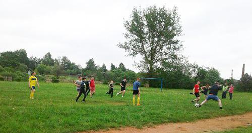 Подростки Обольской СШ сыграли в футбол с командой милиции