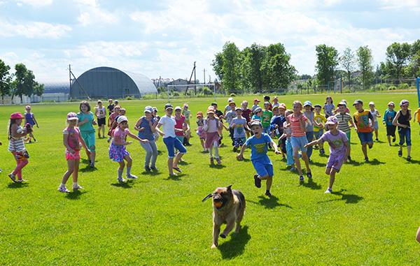 К детям в «Дружбу» приехала служебная собака Соня. Дети в восторге!