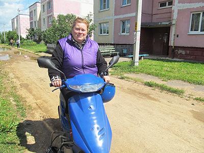 Старейшину деревни Цевьи Елену Жижову выручает скутер