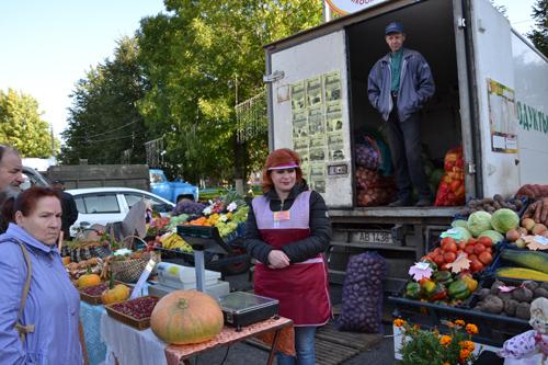 На ярмарке в Шумилино хорошо расходились дрова, зерно и хризантемы