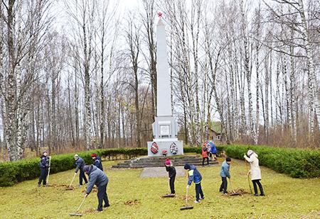 Ученики Кардонской школы заботятся о памятниках и обелисках
