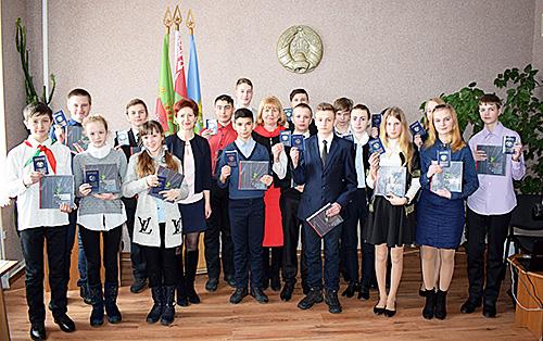 17 юнакам і дзяўчатам Шумілінскага раёна 15 сакавіка ўрачыста ўручылі пашпарты