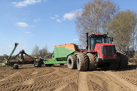 В Витебском районе тракторист погиб под колесами сеялки в поле