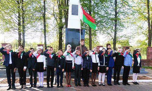 На священном месте ученики 4 класса Никитихинской СШ дали клятву пионеров