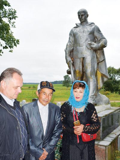 На могилу бойца Красной Армии, погибшего при освобождении Шумилинского района приехали родственники из Казахстана