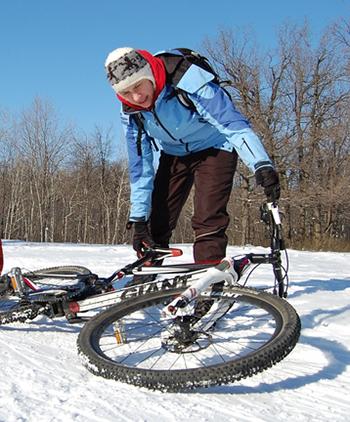 Многие шумилинцы и зимой рулят на своих велосипедах и нарушают ПДД
