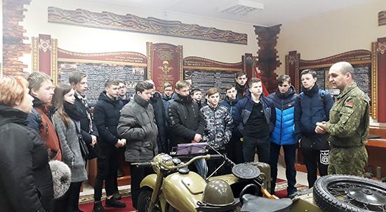 Шумилинские старшеклассники отправились на экскурсию к десантникам