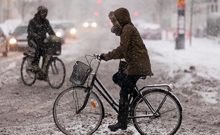 Во время гололёда и снегопада на велосипеде ехать нельзя!