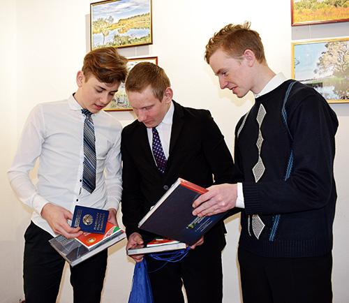 17 шумилинских школьников получили в День Конституции паспорта