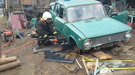 В Шумилино работники МЧС спасли пенсионера, которого зажало машиной