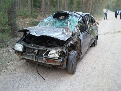 Под Шумилино Renault опрокинулся в кювет: троих выбросило из авто, еще одного доставали спасатели