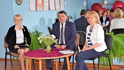 Депутат Александр Капшуль встретился с коллективом Шумилинского ТЦСОН