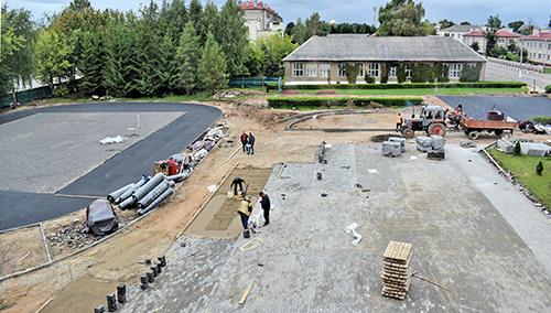 На пришкольной территории Шумилинской СШ №1 кипит работа: идет реконструкция
