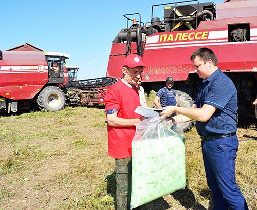 Механизатор Василий Пликус первым в Шумилинском районе перевёз 1000 тонн зерна