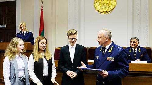 Генпрокурор республики пожал руку шумилинским гимназистам